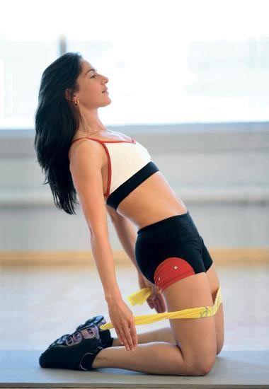 Mutlaka ısının!  Egzersize başlamadan önce, mutlaka ısınma ve esneme hareketlerini yapın. Daha sonra egzersize başlayabilirsiniz.  İlk hareket için dizlerinizin üzerine çökün ve dik bir şekilde durun. Elinize aldığınız bir ip ya da bu amaçla kullanacağınız bir kumaş size yardımcı olacaktır.  İpi dizlerinizin hemen üzerinde olacak şekilde tutun. Bir yandan kendinizi iple geri  doğru çekerken, bir yandan da vücudunuzun dik formunu bozmadan ileri doğru itin ve bu esnada kalçalarınızı sıkın.  Bu hareketi 10'ar saniyeden 4'er kez tekrarlayın.